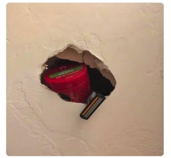 крем и станок для бритья в стене