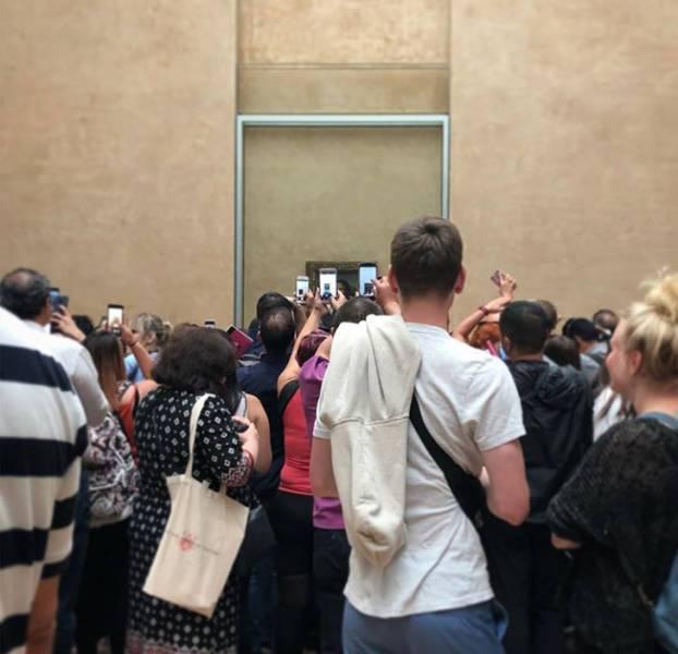 толпа людей перед картиной моны лизы
