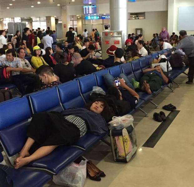 люди лежат на креслах в зале ожидания