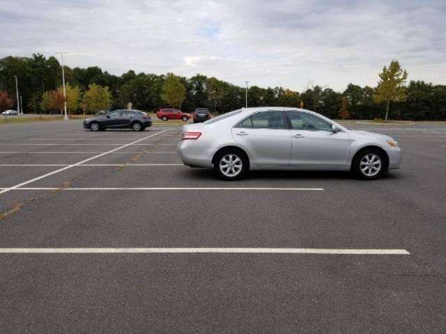 серебристая машина на парковке