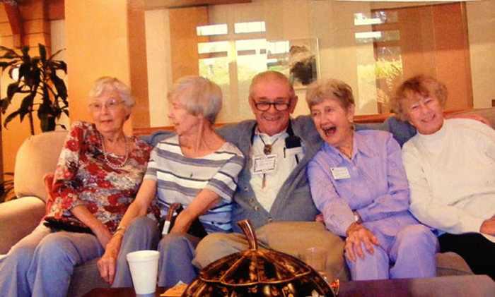 пожилые люди улыбаются