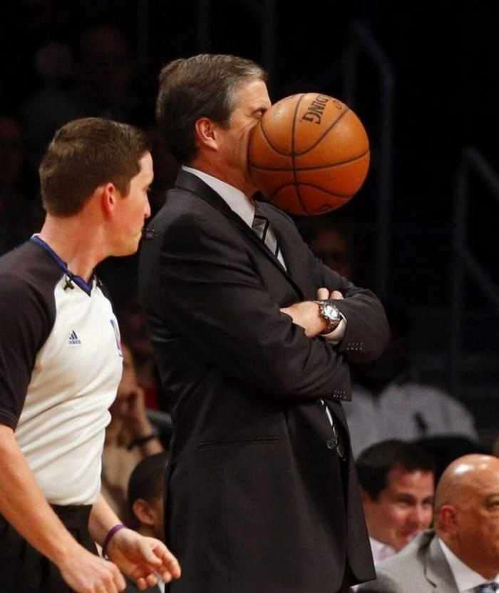тренер получил баскетбольным мячом по лицу
