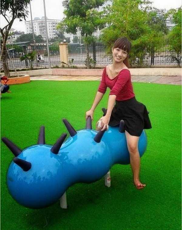 девушка сидит на скамейке в форме гусеницы