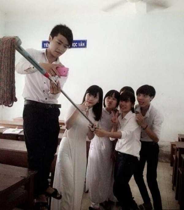 молодежь делает селфи со шваброй