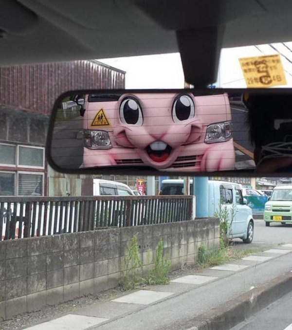 розовая машина в зеркале заднего вида