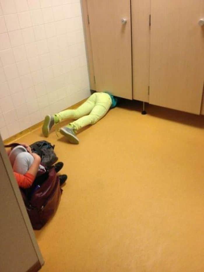 девушка застряла в туалете
