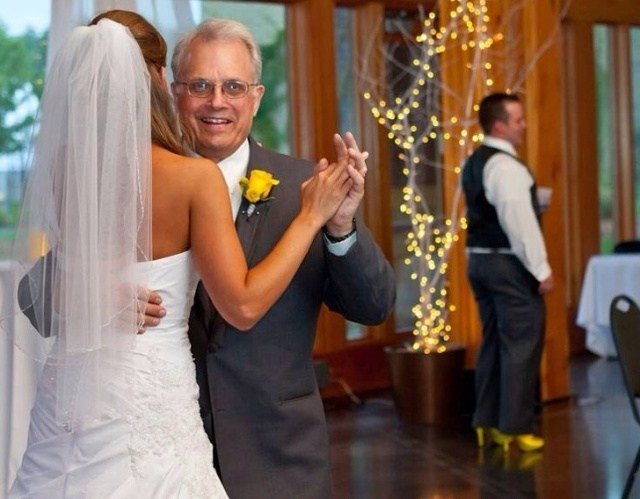 отец танцует с невестой