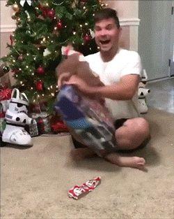 парень с подарком у елки