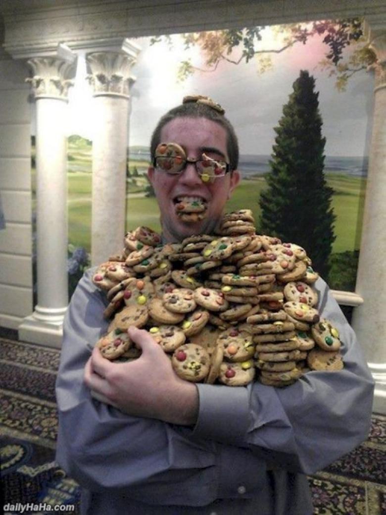 парень с охапкой печенья