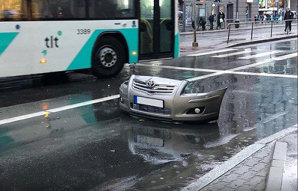 тойота на мокрой дороге