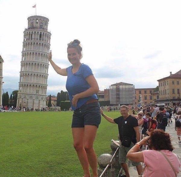 девушка позирует на фоне пизанской башни