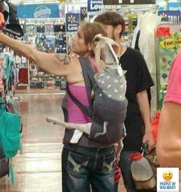девушка с козой за спиной в магазине