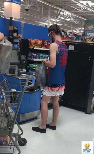 парень в юбке в супермаркете