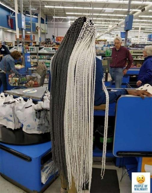девушка с длинными африканскими косичками