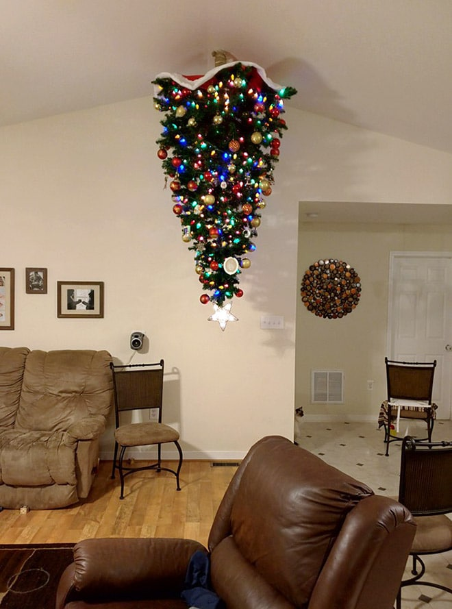 новогодняя елка на потолке