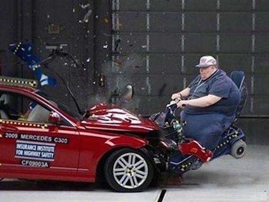 мужчина врезался в машину