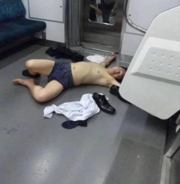 раздетый мужчина лежит в метро