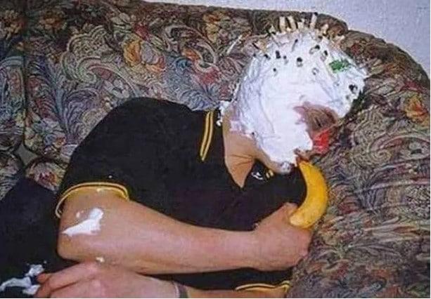 мужчина спит с бананом