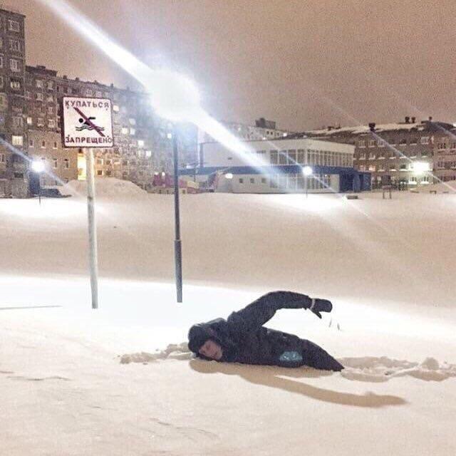 парень в снегу