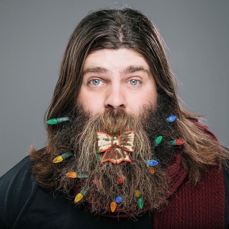 парень с бородой и длинными волосами
