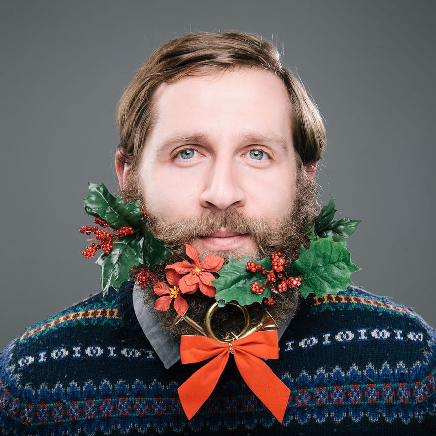 мужчина с украшением в бороде