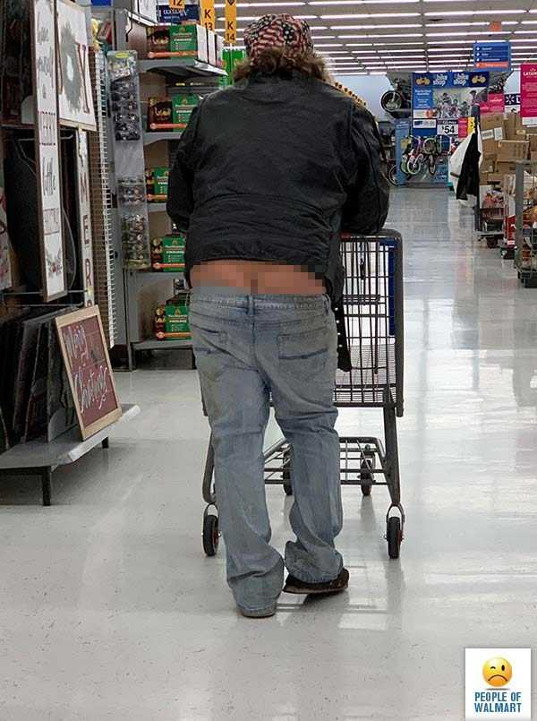 мужчина со спущенными штанами в магазине