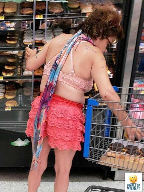 женщина в лифчике и коротких шортах