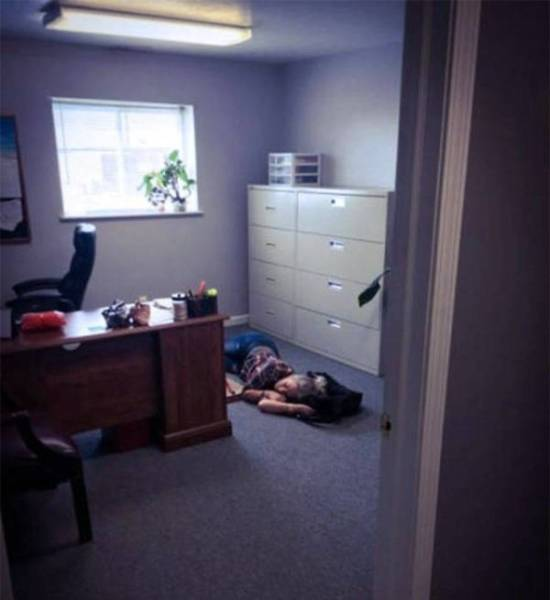 девушка спит на работе
