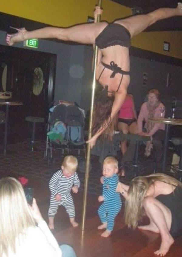 женщина танцует на шесте