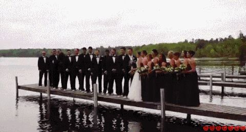 гости на свадьбе падают в воду