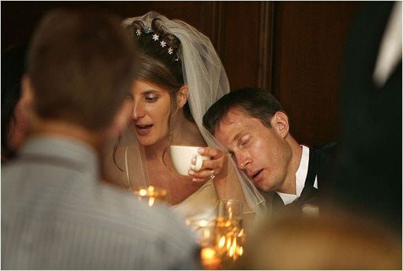 жених спит на свадьбе