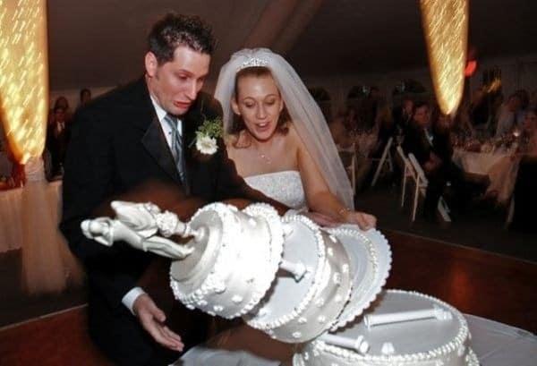 жених и невеста роняют торт