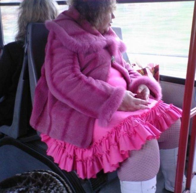 женщина в розовом