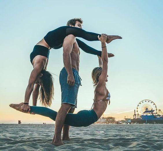 две девушки и парень на пляже