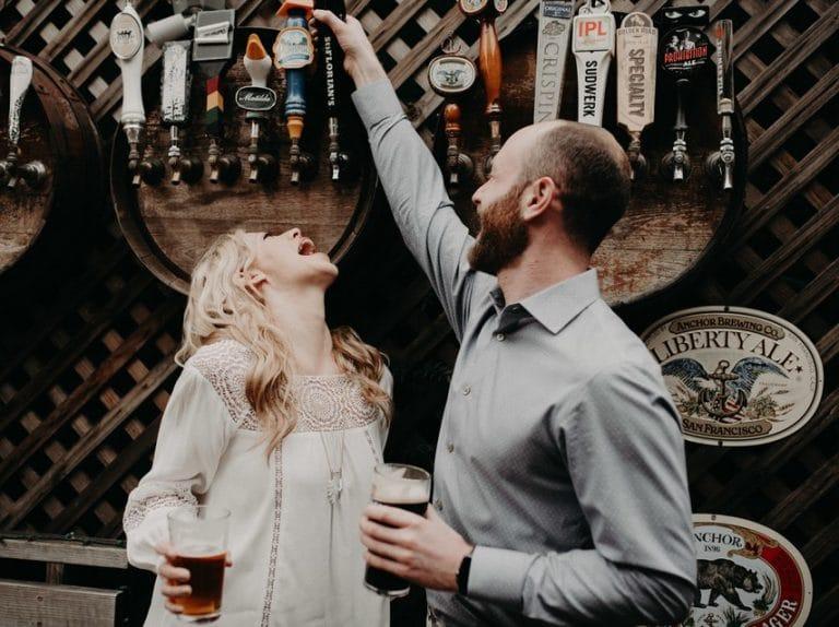 Парень и девушка пьют пиво