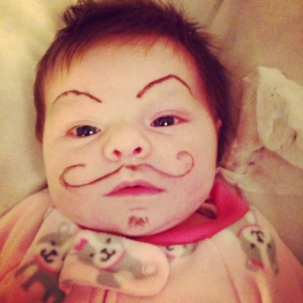 ребенок с бровями и усами