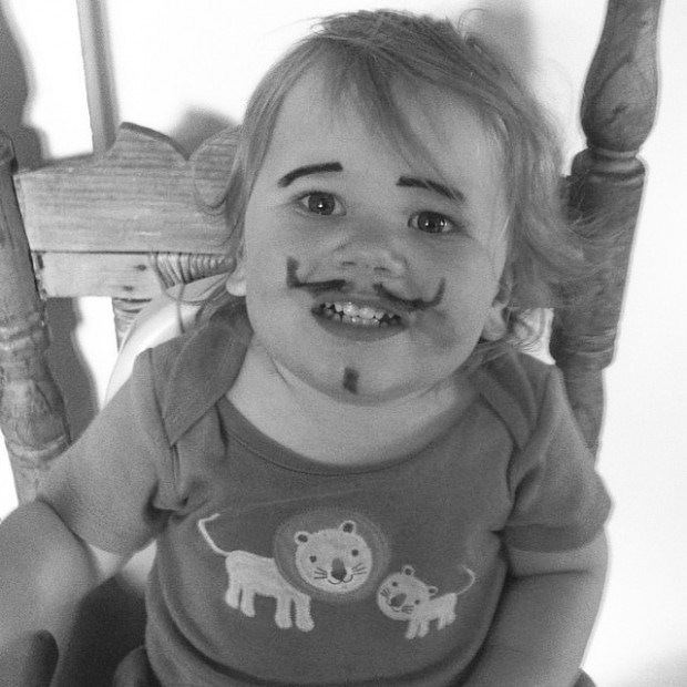 девочка с бровями и усами