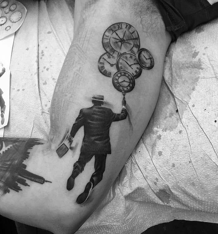 черно-белое тату на руке
