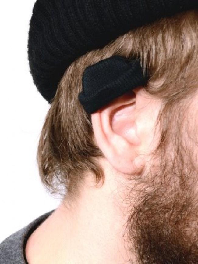 черная шапка на ухе