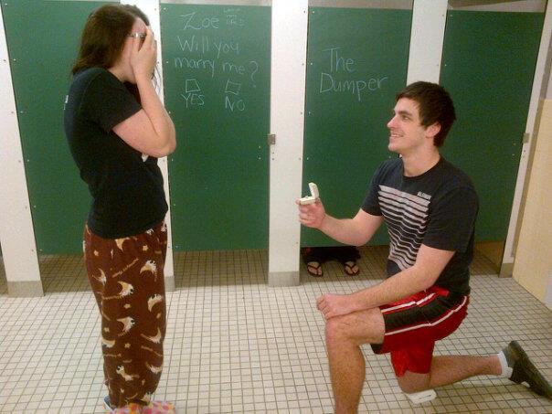 Парень делает предложение в туалете