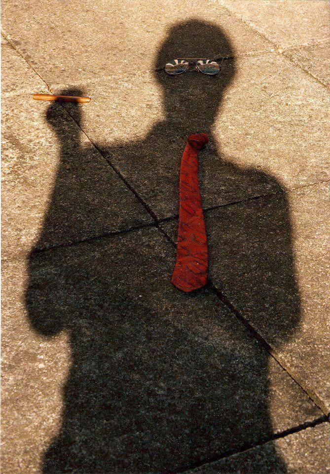 тень мужчины на асфальте