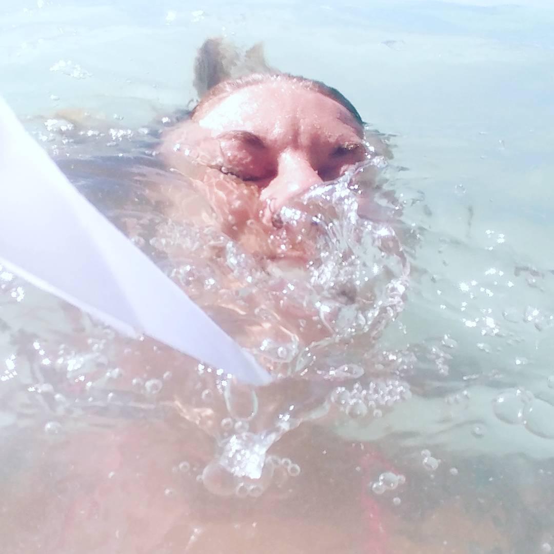 женщина под водой в бассейне