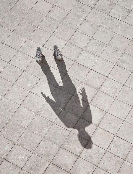тень парня на земле