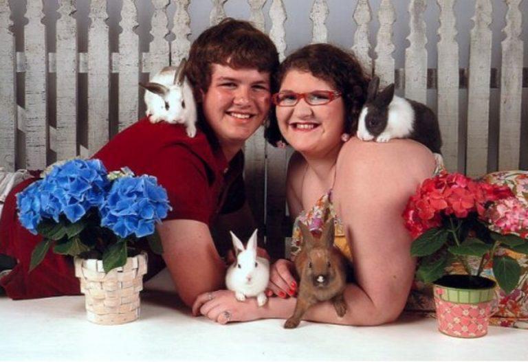 Парень с девушкой в окружении кроликов