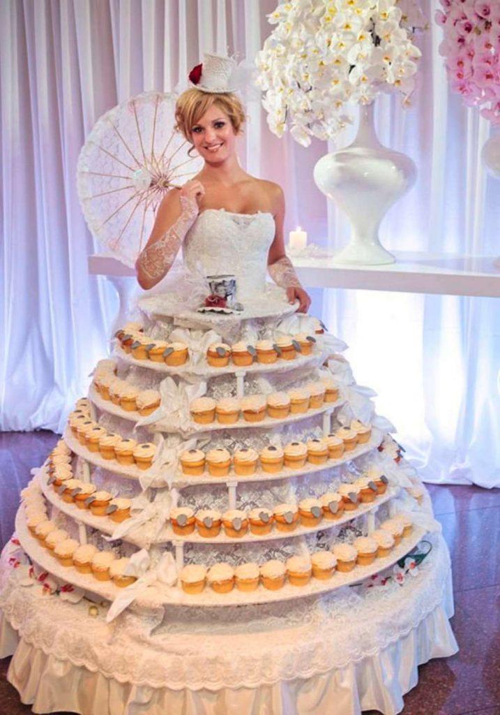 Невеста в платье с кексами