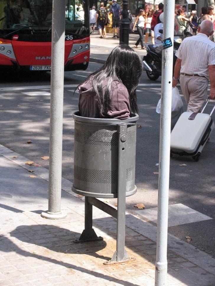 девушка в мусорке