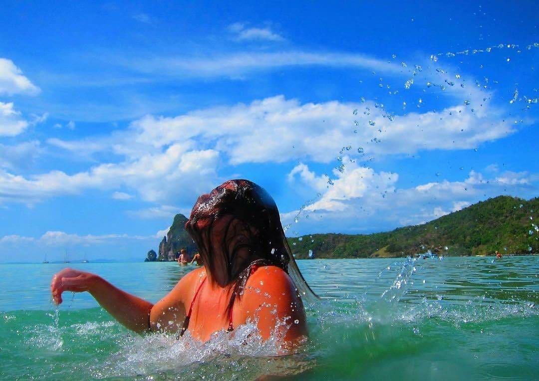 женщина купается в море
