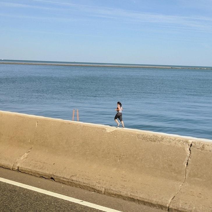 бег по берегу