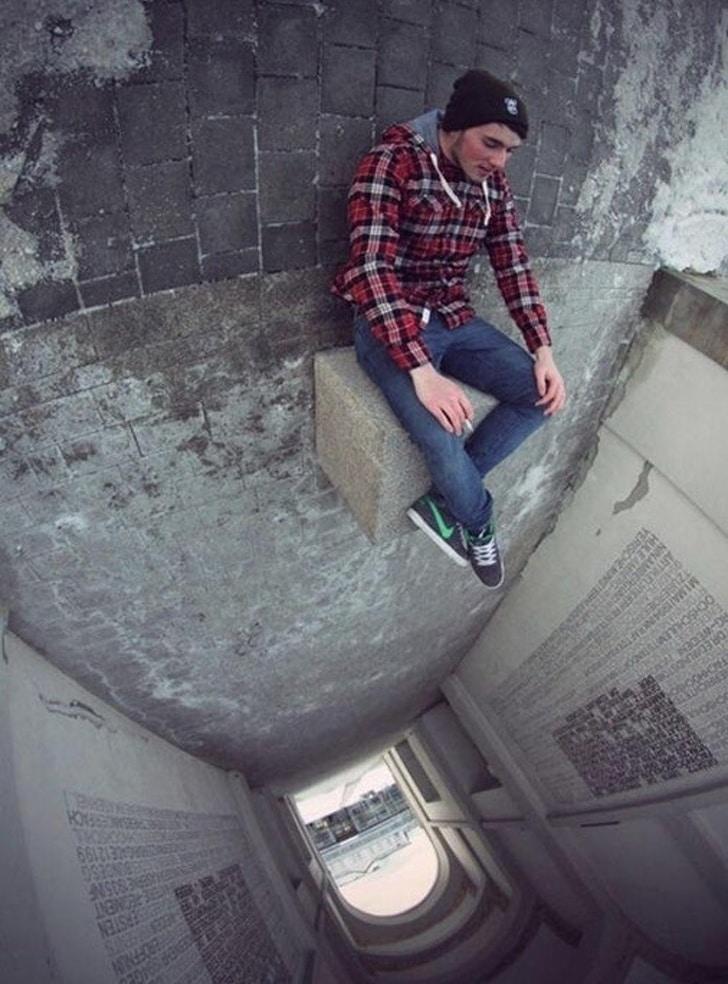 парень падает