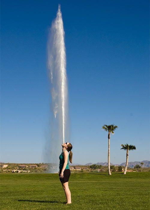 девушка на фоне фонтана